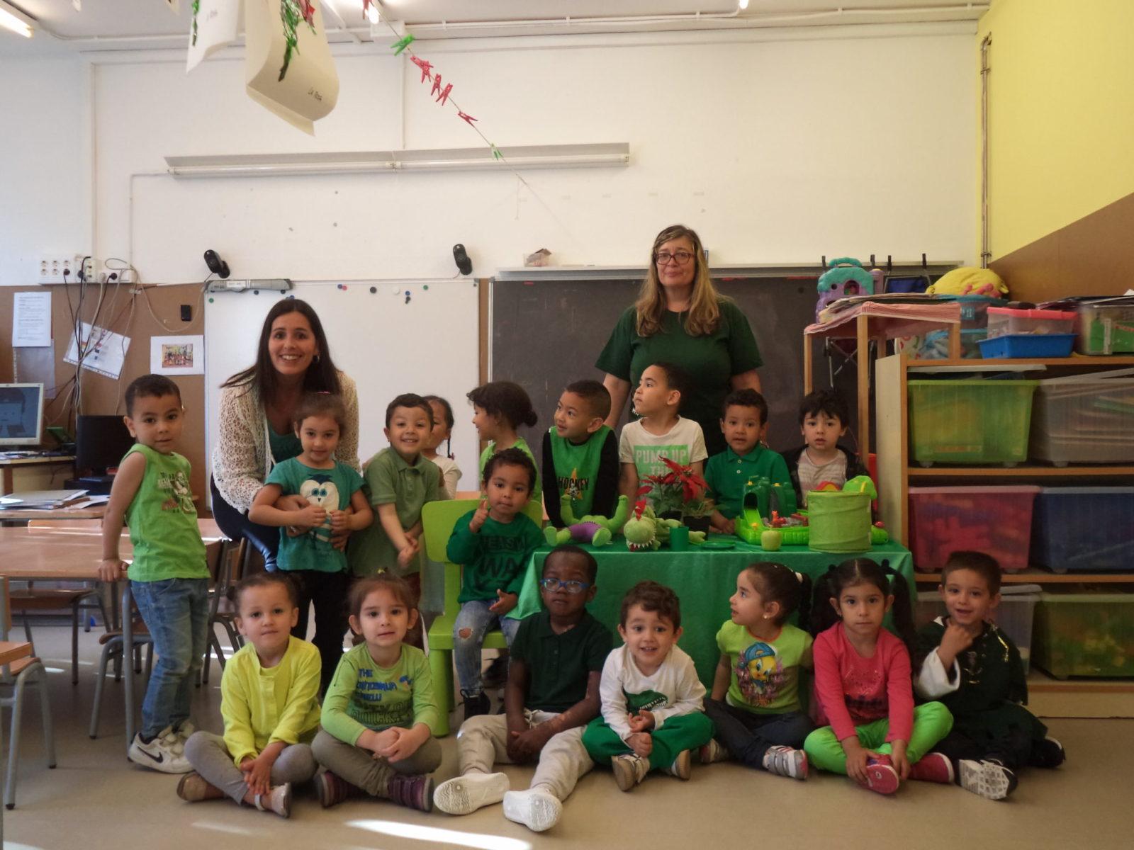 Els nens i les nenes de P-3 juguen  i experimenten amb el color verd